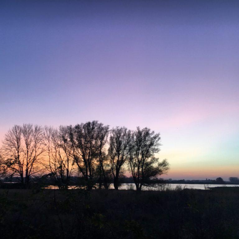 lila Himmel im Sonnenuntergang an der Wiek