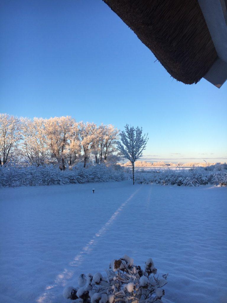 Garten im Ferienhaus mit Schnee