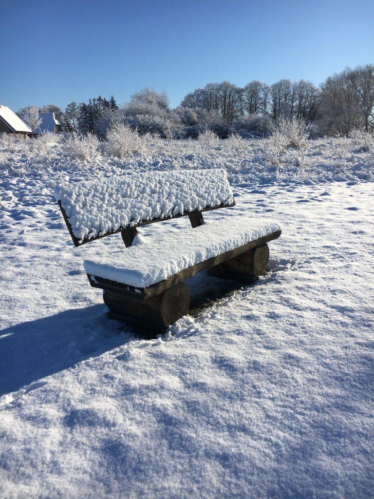schneebedeckte Bank an der Wiek